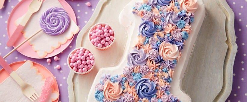 Pastel decorado con flores en forma de uno