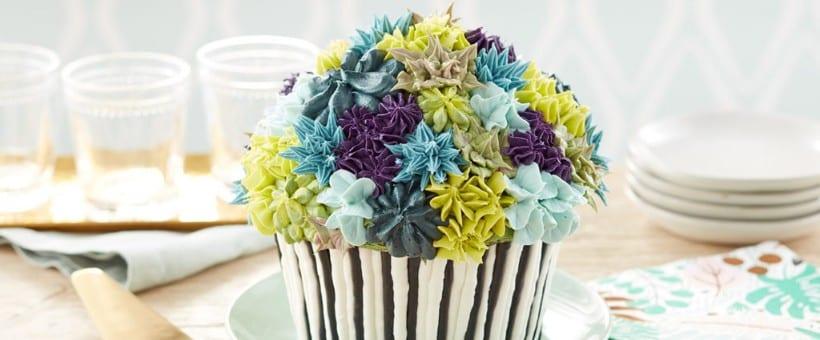pastel decorado con flores en forma de cupcake