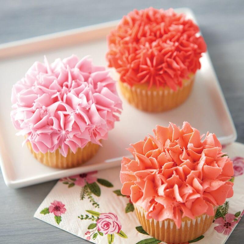 Cupcake con flores de color anaranjado