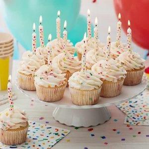 Cupcakes clásicos de vainilla para cumpleaños