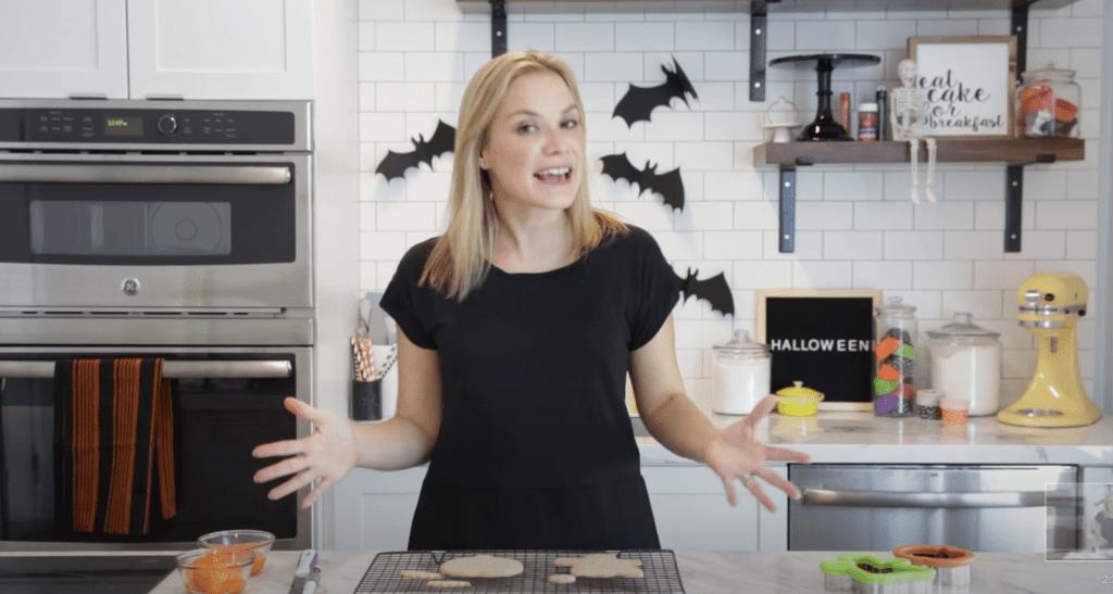 Foto de Ana Figueroa con Wilton Brands en su cocina haciendo galletas de Halloween